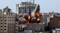 Bola api meletus dari gedung yang menampung berbagai media internasional, termasuk The Associated Press, setelah serangan udara Israel di Kota Gaza, Sabtu (15/5/2021). Gedung tersebut juga menampung Al Jazeera dan sejumlah kantor serta apartemen. (Mahmud Hams /Pool Photo via AP)