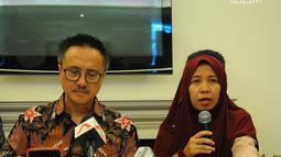 Keluarga korban tragedi pesawat Lion Air JT-610 Merdian Agustin (kanan) saat konferensi pers di Jakarta, Senin (8/4). Keluarga korban kecelakaan pesawat Lion Air JT-610 terus menuntut untuk mendapat kepastian pembayaran hak ganti rugi dari pihak maskapai.  (Liputan6.com/Angga Yuniar)