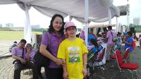 Stephanie Handojo (24) bersama sang ibu, Maria Yustina usai perayaan acara World Down Syndrome Day di Lapangnan Monas Jakarta, Minggu (22/3/2015)