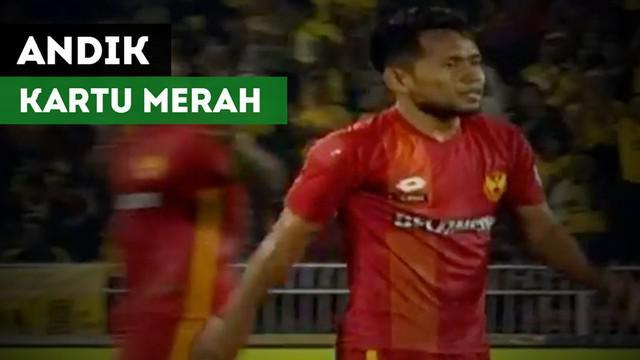 Berita video tekel Andik Vermansah yang berbuah kartu merah untuk dirinya di Liga Super Malaysia pada Selasa (11/7/2017).