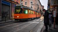 Aktivitas warga di sebuah jalan di pusat Kota Milan, Italia, Selasa (25/2/2020). Warga banyak mengurangi aktivitas di luar rumah terkait virus corona atau COVID-19 di Italia. (Claudio Furlan/LaPresse via AP)