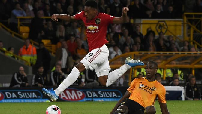 Anthony Martial melewati pemain Wolverhampton Wanderers. (AFP/Paul Ellis)