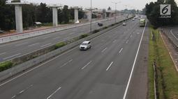 Kondisi arus lalu lintas di Jalan Tol Jakarta-Cikampek, Selasa (13/3). Secara keseluruhan, dampak kebijakan penurunan kendaraan rata-rata mencapai 35 persen atau 2.783 kendaraan selama tiga jam pemberlakukan kebijakan. (Liputan6.com/Arya Manggala)
