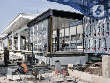 Aktivitas pekerja saat menyelesaikan pembangunan shelter atau halte bus Transjakarta di Pasar Senen, Jakarta, Rabu (19/8/2020). Halte Transjakarta yang nantinya akan terintegrasi dengan Pasar Jaya Senen tersebut ditargetkan rampung pada akhir tahun 2020. (merdeka.com/Iqbal S. Nugroho)
