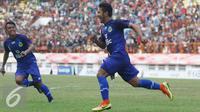 Pemain Jabar, Gianzola Nashrulloh berlari seusai mencetak gol ke gawang tim Papua dalam laga semifinal PON XIX melawan Jawa Barat di Stadion Wibawamukti, Jabar, Senin (26/9). Jabar menang dengan skor akhir 3-1 (Liputan6.com/Immanuel Antonius)