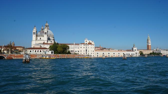 Perjalanan dari The Port of Venice menuju lokasi wisata Venesia bisa ditempuh kurang dari 30 menit. Sederet bangunan tua langsung terlihat sesaat sebelum kapal merapat ke dermaga. (Liputan6.com/Marco Tampubolon)