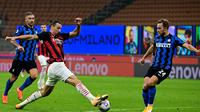 Penyerang AC Milan, Zlatan Ibrahimovic, berebut bola atas dengan gelandang Inter Milan, Christian Eriksen, pada laga lanjutan Liga Italia di Stadion San Siro, Sabtu (17/10/2020) malam WIB. AC Milan menang 2-1 atas Inter Milan. (AFP/Miguel Medina)
