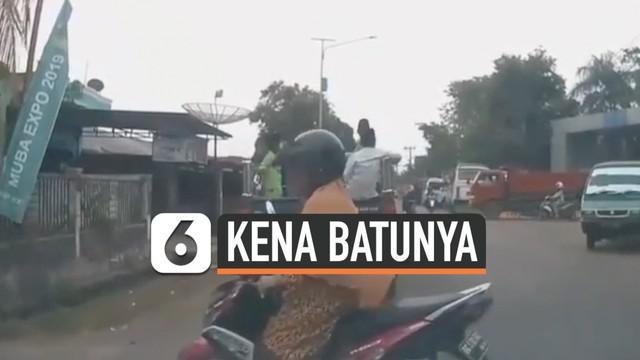 Terlihat dari kamera dashboard sebuah mobil menunjukan pelanggaran yang dilakukan seorang emak-emak.Tanpa melihat kaca spion dan tak menyalakan lampu sein, emak-emak ini langsung berbelok ke arah kiri jalan. Alhasil, ia pun kena akibatnya.