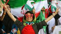 Ekspresi suporter wanita Iran saat mendukung Timnas Iran pada laga kualifikasi Piala Dunia 2022 kontra Kamboja, di Azadi Stadium, Kamis (10/10/2019). (AFP/Atta Kenare)