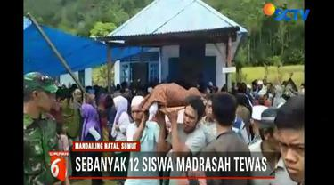 Hingga saat ini kondisi Desa Saladi masih porak poranda akibat diterjang banjir bandang. 17 orang dinyatakan tewas.