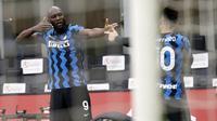 Striker Inter Milan, Romelu Lukaku (kiri) bersama Lautaro Martinez melakukan selebrasi usai mencetak gol ketiga timnya ke gawang AC Milan dalam laga lanjutan Liga Italia 2020/21 pekan ke-23 di San Siro Stadium, Minggu (21/2/2021). Inter Milan menang 3-0 atas AC Milan. (AP/Antonio Calanni)