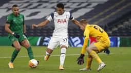 Gelandang Tottenham, Harvey White, berusaha mencetak gol ke gawang Ludogorets pada laga lanjutan Grup J Liga Europa di Tottenham Hotspur Stadium, Jumat (27/11/2020) dini hari WIB. Tottenham menang 4-0 atas Ludogorets. (AFP/Ian Kington/pool)