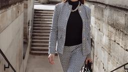 Meski tak lagi muda, Maia Estianty dikenal dengan gaya modisnya dalam berbusana. Seperti gayanya saat berlibur di Perancis tahun lalu, Maia memilih setelan Tory Burch. Selain itu, Maia juga mengenakan aksesori tambahan seperti tas tangan, kalung, serta kacamata. (Liputan6.com/IG/@maiaestiantyreal)