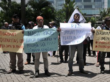 Mantan karyawan PT Bank Maybank Indonesia , Tbk yang tergabung dalam Serikat Pekerja Perjuangan Bank Maybank Indonesia (SPPBMI) menggelar aksi di depan Kantor Pusat Maybank Indonesia, kawasan Senayan, Jakarta, Senin (11/2). (Merdeka.com/Iqbal S. Nugroho)