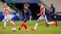 Penyerang timnas Prancis, Antoine Griezmann melakukan tembakan melewati pemain timnas Kroasia, Marcelo Brozovic dalam lanjutan UEFA Nations League Liga 1 Grup C di Saint-Denis, Rabu (9/9/2020) dini hari WIB. Sempat tertinggal duluan, Timnas Prancis menang 4-2 atas Kroasia. (AP Photo/Francois Mori)