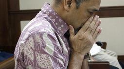Terdakwa kasus suap dana hibah Kemenpora pada KONI yang juga Deputi IV Kemenpora Mulyana mengusap wajah jelang sidang pembacaan pledoi di Pengadilan Tipikor, Jakarta, Kamis (29/8/2019). Sebelumnya JPU KPK menuntut Mulyana dengan hukuman 7 tahun dan denda Rp200 juta. (Liputan6.com/Helmi Fithriansyah)