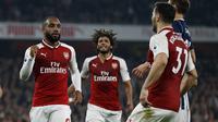 Pemain Arsenal, Alexandre Lacazette (kiri) merayakan gol bersama rekan-rekannya saat melawan West Bromwich lanjutan Premier League di Emirates stadium, London (25/9/2017). Arsenal menang 2-0. (AFP/Ian Kington)