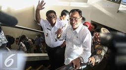 Menteri Perhubungan Budi Karya bersama Plt Gubernur DKI Jakarta Sumarsono (Soni) menyapa awak media saat meninjau terminal terpadu Pulogebang, Jakarta, Rabu (28/12). (Liputan6.com/Faizal Fanani)