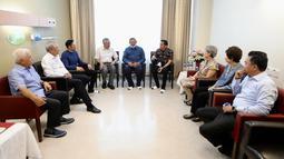 PM Singapura, Lee Hsien Loong dan Wakil PM Singapura, Mr. Teo Chee Hean menjenguk Ani Yudhoyono di National University Hospital, Singapura, Jumat (15/2). Ani Yudhoyono tengah dirawat intensif karena sakit kanker darah. (Liputan6.com/HO/Anung Anandito)