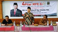 Wakil Ketua MPR Hidayat Nur Wahid (HNW) ketika melakukan sosialisasi 4 Pilar MPR RI kepada warga Tebet, Jakarta Selatan.