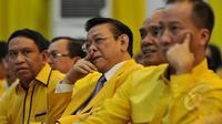Agung Laksono (tengah) didampingi petinggi partai menghadiri pembukaan Rapimnas I DPP Partai Golkar di kantor DPP Partai Golkar, Jakarta, Rabu (8/4/2015). Rapat membahas konsolidasi partai dari tingkat bawah hingga atas. (Liputan6.com/Johan Tallo)