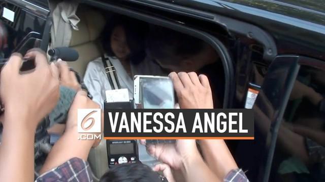 Hari Minggu (30/6) pagi Vanessa Angel dibebaskan dari rutan Medaeng Sidoarjo Jawa Timur. Ia telah selesai jalani hukuman penjara selama 5 bulan.