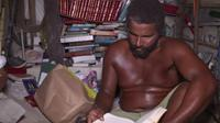 Karena tak punya uang untuk menyewa rumah, pria ini selama 22 tahun tinggal di istana pasir yang ia bangun. (Doc: Freemalaysiatoday)