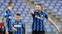 Bek Inter Milan, Milan Skriniar, melakukan selebrasi usai mencetak gol ke gawang AS Roma pada laga Liga Italia di Stadion Olimpico, Roma, Minggu (10/1/2021). Kedua tim bermain imbang 2-2. (AP Photo/Gregorio Borgia)