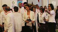 Musikus Titi Sjuman dan sejumlah artis, vlogger dan pegiat kreatif menghadiri pertemuan dengan Presiden Joko Widodo di Istana Negara, Jakarta, Selasa (5/6). Mereka diundang Presiden Jokowi dalam rangka promosi Asian Games 2018. (Liputan6.com/Angga Yuniar)