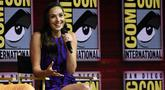 Aktris Gal Gadot memberi keterangan dalam panel film Wonder Woman 1984 di San Diego Comic-Con International, (21/7). Film superhero wanita ini siap ditayangkan pada 2019. (AP Photo/Chris Pizzello)