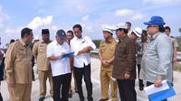 Presiden Jokowi saat meninjau Bukit Soeharto di Kawasan Taman Hutan Raya, Kecamatan Samboja, Kabupaten Kutai Kartanegara, Kalimantan Timur, Selasa (7/5/2019). (Liputan6.com/Lizsa Egeham)