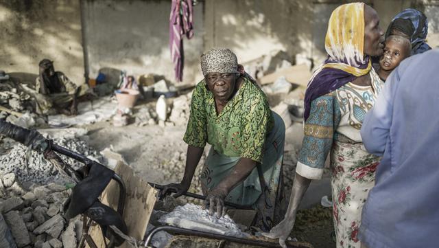 FOTO: Dalam Debu dan Panas, Wanita Chad Hancurkan Kerikil untuk Penuhi Kebutuhan