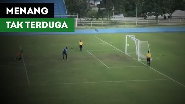 Berita video momen kocak saat klub Thailand, Bangkok Sports Club U-18, menang adu penalti 20-19 berkat selebrasi dini kiper Satri Angthong pada 21 Oktober 2017.