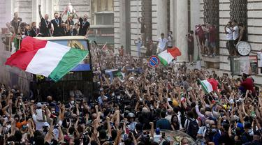 Ribuan suporter tumpah ruah di Kota Roma saat menyambut kedatangan sang juara Euro 2020, Timnas Italia. (Foto:AP/Gregorio Borgia)