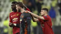 Kiper Manchester United, David de Gea, disemangati oleh rekan-rekannya setelah gagal mengeksekusi penalti ketika melawan Villareal pada final Liga Europa di Stadion Miejski, Gdansk, Polandia, Kamis (27/5/2021) dini hari WIB. (AP/Maja Hitij).
