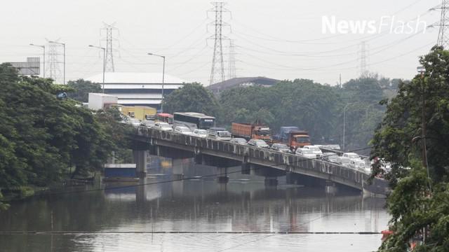 Hujan deras membuat sejumlah ruas jalan di Ibu Kota terendam banjir, ketinggian air mencapai 40 sentimeter, berakibat kemacetan lalu lintas