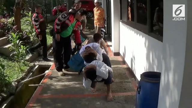 Tim Satgas Pelajar Kota Bogor melakukan razia untuk mencegah tawuran. Petugas temukan tiga pelajar SMP yang kedapatan mabuk dan membawa senjata tajam jenis celurit.