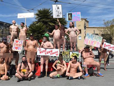 Kaum nudis berpose di jalanan saat mengikuti acara Nude Love Parade di San Francisco, California, AS, Minggu (17/3). Nudis adalah sebutan bagi mereka yang menjalankan tradisi telanjang. (Josh Edelson/AFP)