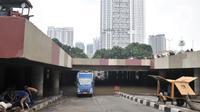 Petugas mengerahkan pompa untuk menyedot banjir di Underpass Kemayoran, Jakarta, Minggu (26/1/2020). Banjir yang terjadi sejak Jumat (24/1) lalu hingga kini belum surut. (merdeka.com/Iqbal S Nugroho)