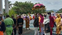 Bupati Bonebol Hamim Pou saat menjalani prosesi pelantikan secara adat Gorontalo (Arfandi Ibrahim/Liputan6.com)