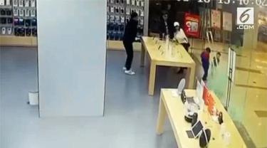Sebuah pintu kaca toko ponsel di Sinchuan, China, pecah dan melukai salah satu wajah bocah.