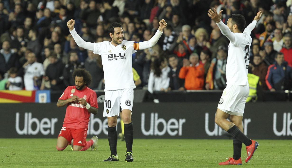 Para pemain Valencia merayakan kemenangan atas Real Madrid pada laga La Liga 2019 di Stadion Mestalla, Rabu (3/4). Valencia menang 2-1 atas Real Madrid. (AP/Alberto Saiz)