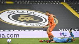 Striker Juventus, Cristiano Ronaldo, mencetak gol ke gawang Spezia pada laga Liga Italia di Stadion Dino Manuzzi, Minggu (1/11/2020). Juventus menang dengan skor 4-1. (Massimo Paolone/LaPresse via AP)