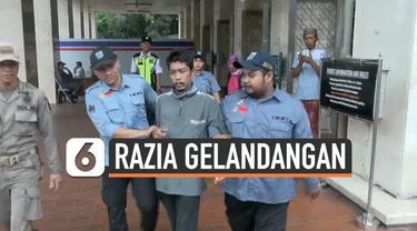 Petugas Dinas Sosial Jakarta Pusat merazia gelandangan dan pedagang kaki lima di lingkungan Masjid Istiqlal. Keberadaan gelandangan ini meresahkan pengurus masjid dan warga.