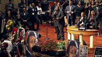 Gubernur Missouri Jay Nixon tidak menghadiri pemakaman ini.