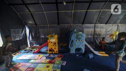 Anak-anak pengungsi Gunung Merapi bermain bulu tangkis di Barak Pengungsian Glagaharjo, Cangkringan, Sleman, Yogyakarta, Jumat (20/11/2020). Fasilitas bermain ini sebagai salah satu upaya untuk menjaga kesehatan mental anak-anak pengungsi Gunung Merapi. (Liputan6.com/Johan Tallo)