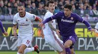 Aksi penyerang Fiorentina, Giovanni Simeone saat bertarung dengan bek AC Milan, Leonardo Bonucci. (Maurizio Degl'Innnocenti/ANSA via AP)