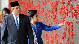 Presiden ke-6 RI Susilo Bambang Yudhoyono (SBY) bersama istri, Ani Yudhoyono melihat nama-nama korban perang Australia di Peringatan Perang Australia, Canberra, 9 Maret 2010. (Photo by TORSTEN BLACKWOOD/AFP)