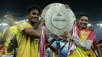 Pemain Bhayangkara FC, Evan Dimas dan Ilham Udin merayakan keberhasilan meraih gelar juara Liga 1 2017 di Stadion Patriot Bekasi, Sabtu (12/11/2017). Bhayangkara kalah 1-2 lawan Persija. (Bola.com/Nicklas Hanoatubun)