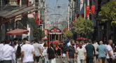 Orang-orang berjalan di sepanjang Jalan Istiklal, jalan perbelanjaan utama di Istanbul, Selasa (27/7/2021). Turki telah mencatat lebih dari 15.000 kasus virus corona baru, karena jumlah infeksi yang terus meningkat. (AP Photo/Mucahid Yapici)